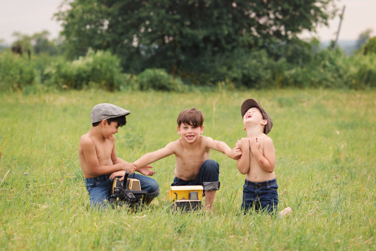 family-photographer-photography-oshawa-durham-toronto-gta-farm-outdoor-child-shirtless-laugh